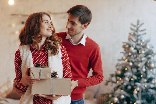 Gelukkig jong koppel met kerstcadeautjes
