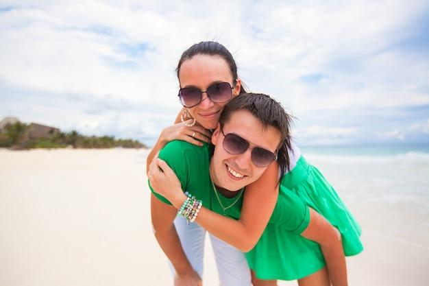 Gelukkig jong koppel op exotisch strand camera kijken