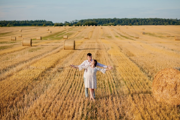 Gelukkig jong koppel op stro, romantisch mensenconcept, mooi landschap, zomerseizoen