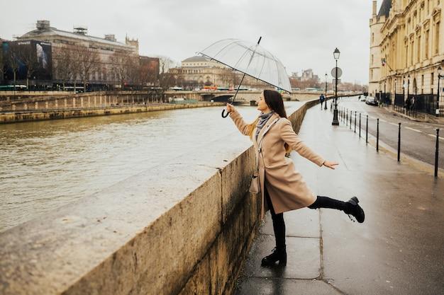 Gelukkig jong meisje dat franse architectuur van pont au change bewondert