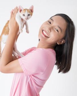 Gelukkig jong meisje met kat