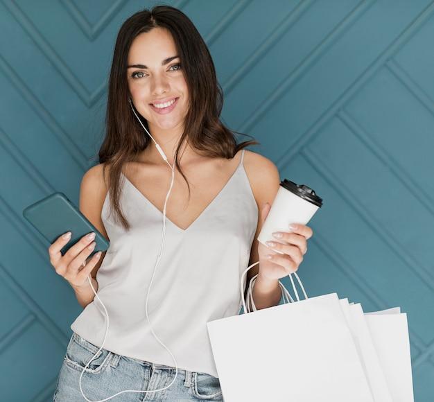 Gelukkig jong meisje met smartphone en oortelefoons