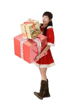 Gelukkig jong meisje met veel kerstcadeau, geïsoleerd op wit.