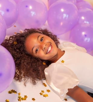 Gelukkig jong mooi meisje op feestelijk feest
