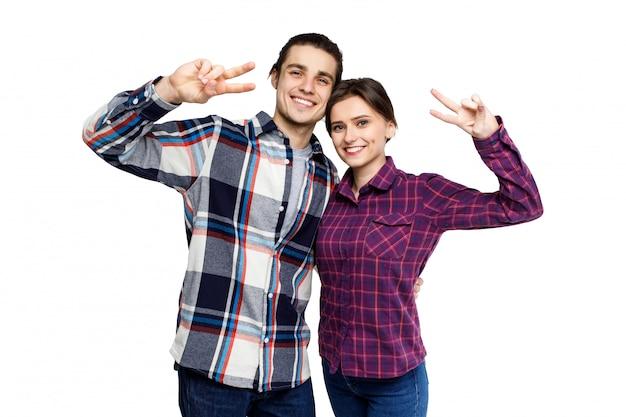 Gelukkig jong mooi paar dat pret heeft samen en aan camera over wit kijkt