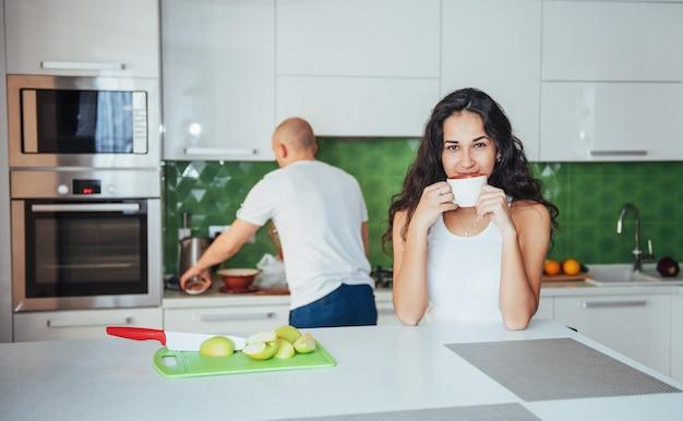 Gelukkig jong paar dat koffie in de keuken heeft