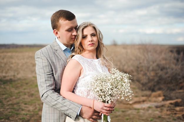Gelukkig jong paar dat op de rand van de berg koestert
