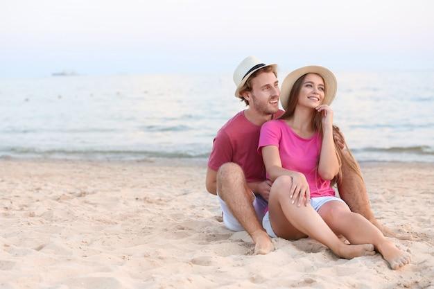 Gelukkig jong paar dat op overzees strand rust