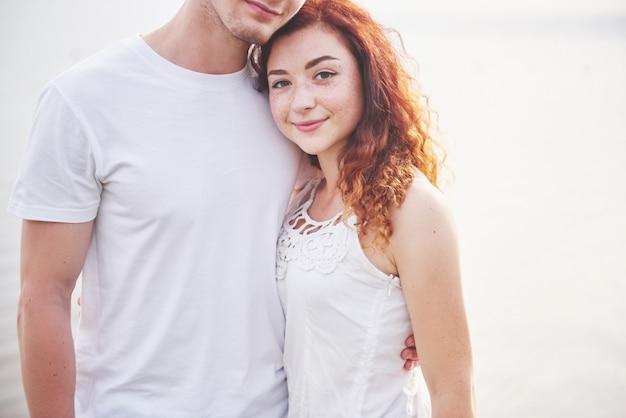 Gelukkig jong paar dat van een eenzaam strand geniet
