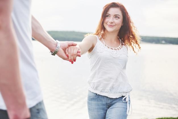 Gelukkig jong paar dat van eenzaam strand backriding geniet