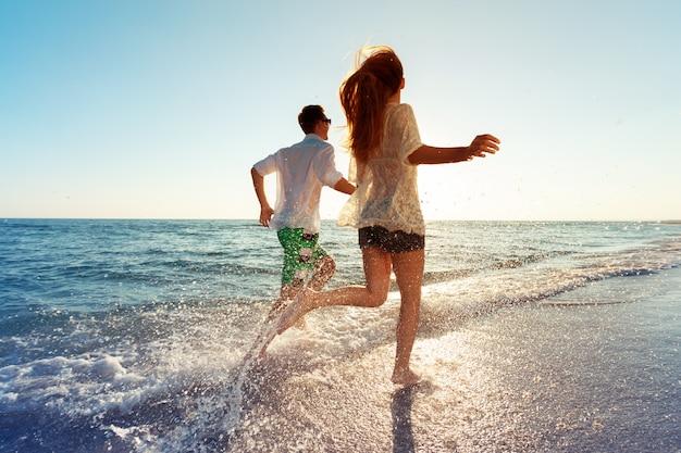 Gelukkig jong paar dat van het overzees geniet