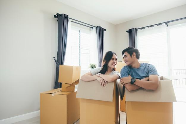 Gelukkig jong paar genieten van samen bewegen in een nieuw huis.