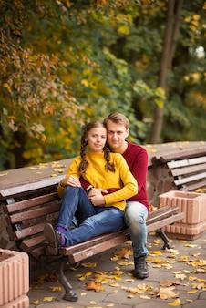 Gelukkig jong paar in het de herfstpark