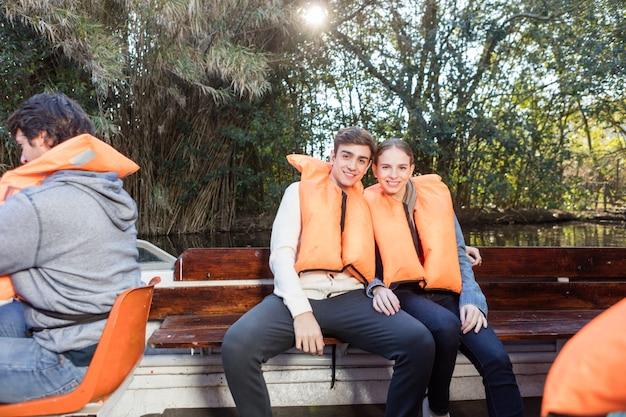 Gelukkig jong paar op een boot