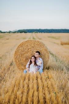 Gelukkig jong paar op stro, romantisch mensenconcept, mooi landschap, zomer
