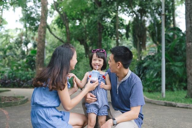 Gelukkig jong stel dat tijd doorbrengt met hun dochter