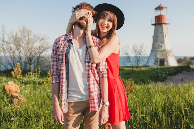 Gelukkig jong stijlvol paar verliefd op het platteland