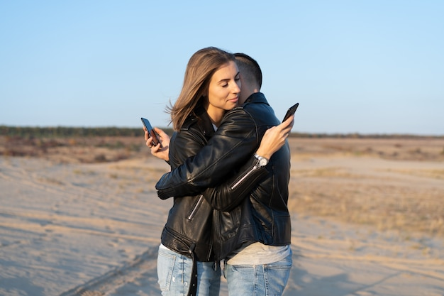 Gelukkig jong volwassen kaukasisch paar met smartphone