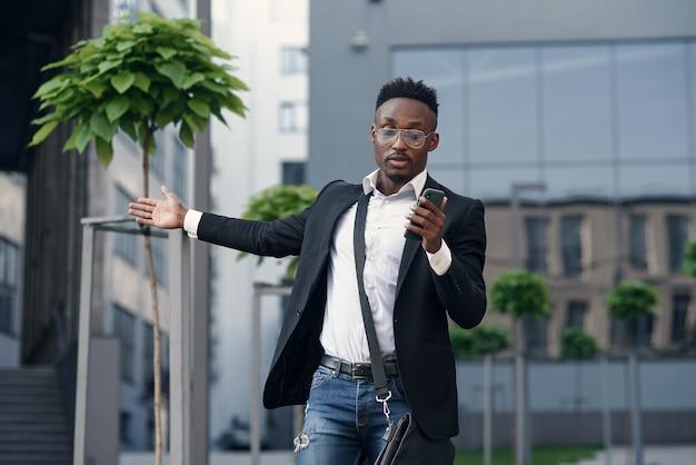 Gelukkig jonge afrikaanse amerikaan met een videogesprek op de telefoon