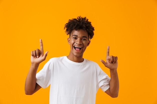 Gelukkig jonge afrikaanse man in t-shirt