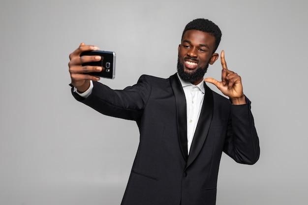 Gelukkig jonge afrikaanse zakenman selfie te nemen