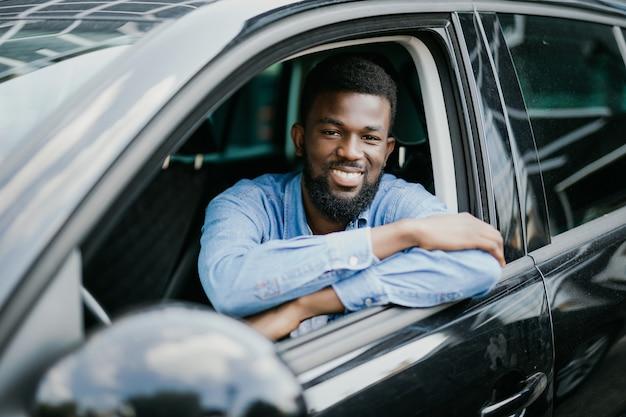 Gelukkig jonge afro-amerikaanse man autorijden