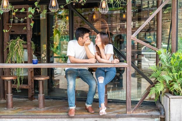 Gelukkig jonge aziatische paar verliefd