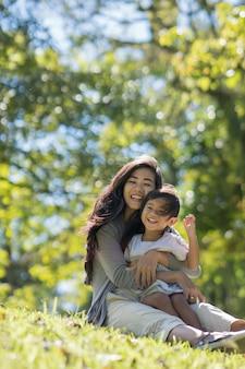 Gelukkig jonge dochter met moeder in het park
