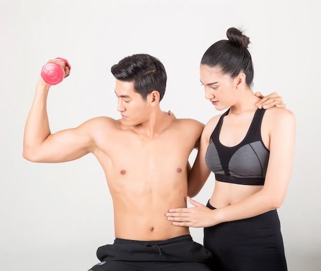 Gelukkig jonge fitness man en zijn vriendin in opleiding tijd
