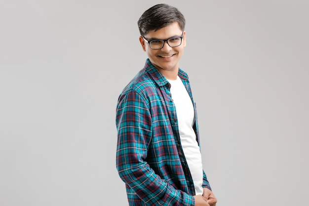 Gelukkig jonge indiase man