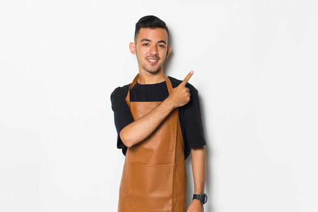 Gelukkig jonge man barista serveerster wijzend met vingers naar verschillende richtingen