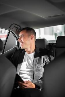 Gelukkig jonge man binnenkant van een auto