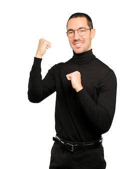 Gelukkig jonge man doet een competitief gebaar