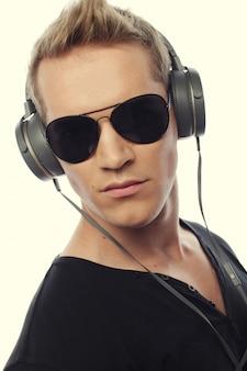 Gelukkig jonge man luisteren naar muziek met een koptelefoon Premium Foto