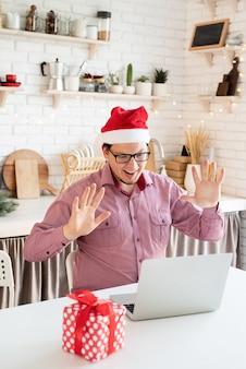 Gelukkig jonge man met kerstmuts