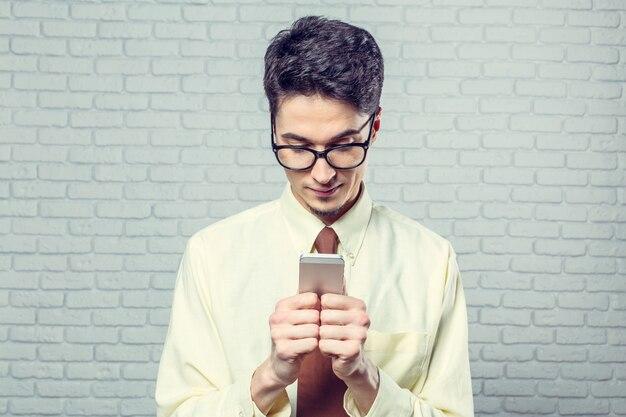 Gelukkig jonge man met zijn slimme telefoon