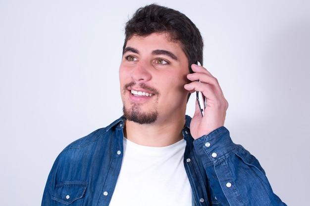 Gelukkig jonge man praten op mobiele telefoon