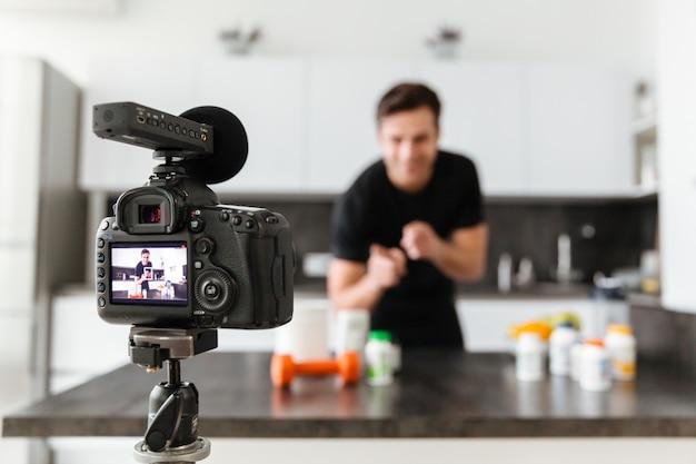 Gelukkig jonge man zijn video blog aflevering filmen