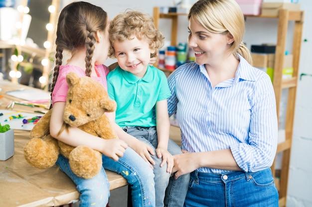 Gelukkig jonge moeder met twee kinderen