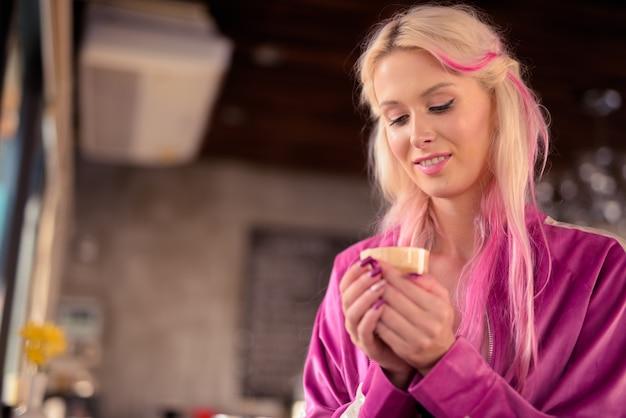 Gelukkig jonge mooie blonde vrouw koffie drinken in de coffeeshop
