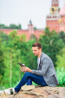 Gelukkig jonge stedelijke man in europese stad.