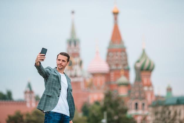 Gelukkig jonge stedelijke man in europese stad,
