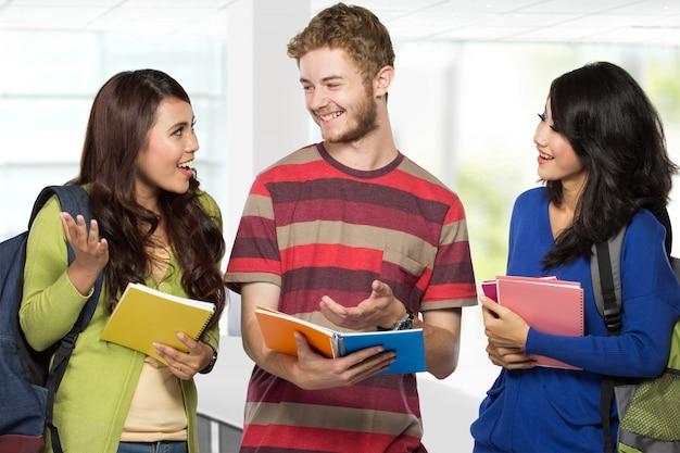 Gelukkig jonge tiener studenten