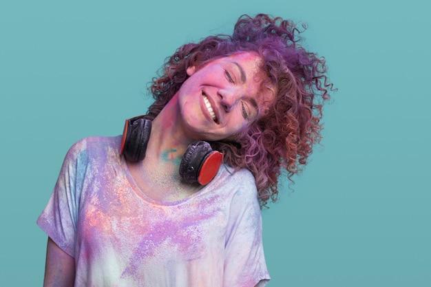Gelukkig jonge vrouw bedekt met kleurrijke verf