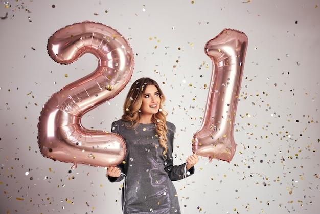 Gelukkig jonge vrouw met ballonnen haar verjaardag vieren