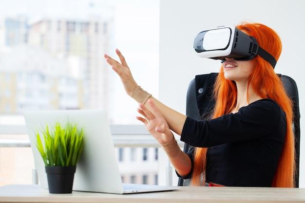 Gelukkig jonge vrouw met behulp van een virtual reality-headset.