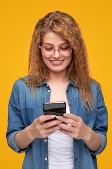 Gelukkig jonge vrouw met behulp van smartphone