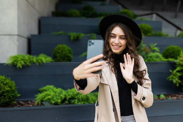 Gelukkig jonge vrouw selfie met vredesteken op straat stad