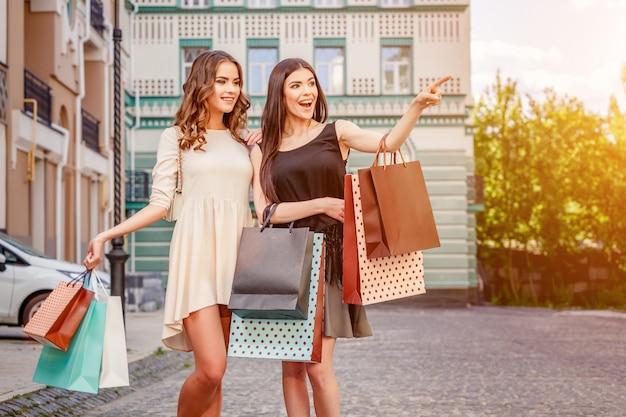 Gelukkig jonge vrouwen met boodschappentassen