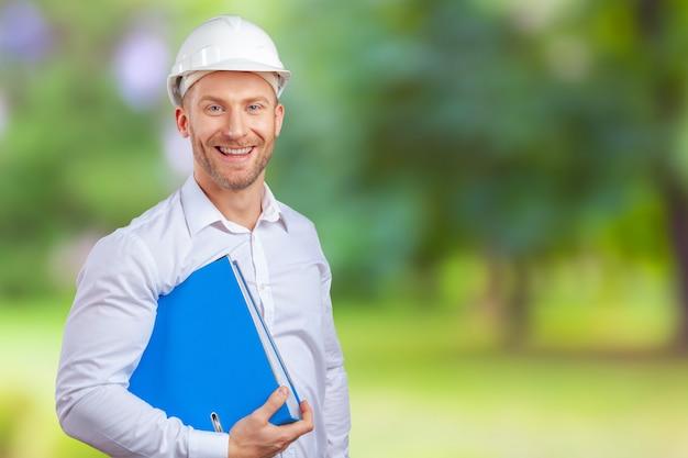 Gelukkig jonge zakenman architect lachend